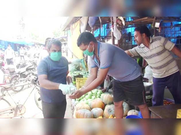 ओडिशा: भुवनेश्वर में कार्यकर्ताओं ने कोरोना वायरस संक्रमण के मद्देनज़र बांटे फेस मास्क