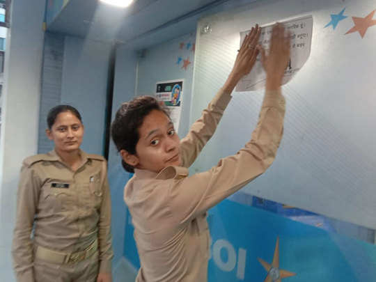 lucknow police sticked poster appeals people to not to come out from houses during lockdown