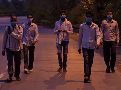 पैदल ही दिल्ली से घर लौटते लोग।