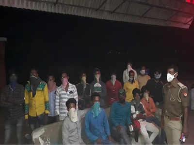 चंदौली पुलिस ने मजदूरों को खिलाया खाना