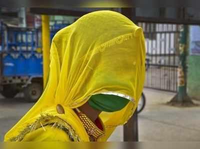 बीकानेर में मास्क लगाकर निकली युवती।