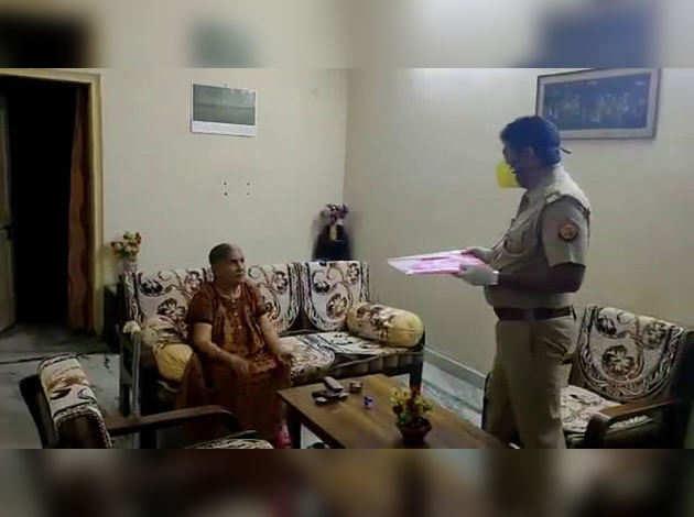 पुलिस वालों ने घर पहुंचाईं दवाइयां, बुजुर्ग महिला बोलीं- 'जान जोखिम में डालकर आए, बहुत धन्यवाद'