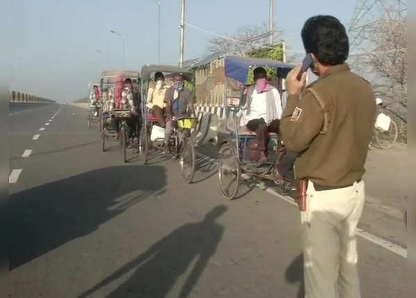 पुलिस ने रिक्शेवालों को वापस भेजा