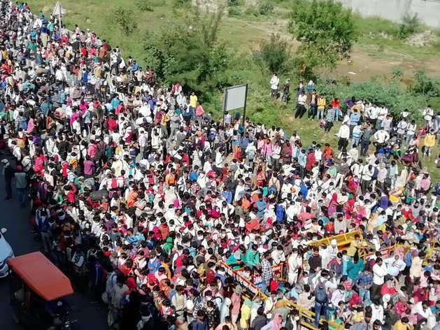 भारत में कोरोना वायरस: दिल्ली बॉर्डर पर फंसे लोगों के लिए यूपी की स्पेशल बसें, उमड़ी भीड़