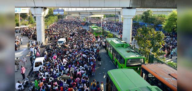दिल्ली: आनंद विहार बस टर्मिनल पर लॉकडाउन के दौरान हजारों प्रवासी श्रमिकों की भीड़ उमड़ी