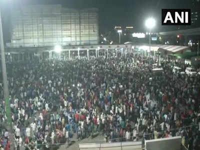 दिल्ली के आनंद विहार बस टर्मिनल में उमड़ा मजदूरों का हुजूम