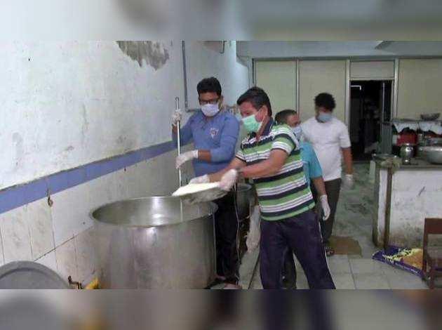 COVID-19: आरएसएस ने आनंद विहार में रुके प्रवासी मजदूरों के लिये की खाने की व्यवस्था
