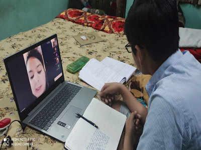 ऑनलाइन पढ़ाई करता छात्र