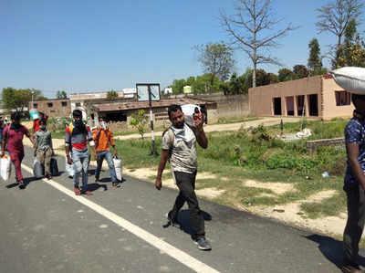 मुश्किलें झेलते हुए घर के रास्ते में मजदूर