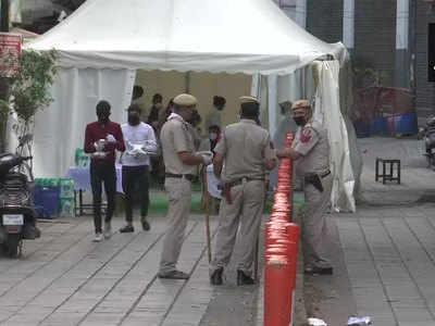 दिल्ली पुलिस ने पूरे इलाके की घेराबंदी कर दी है।