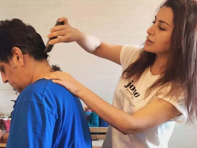 पति के बाल काटती हैं टिस्का चोपड़ा