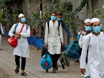 निजामुद्दीन से कोविड- 19 की जांच के लिए अस्पताल जाते हुए कुछ लोग