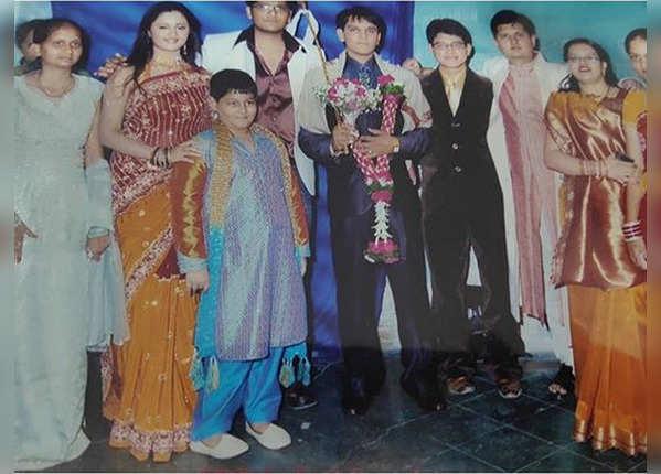 भाई की शादी में रश्मि देसाई का अंदाज