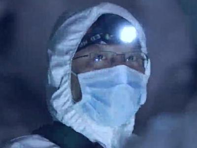 चीन के हुबई में चमगादड़ पकड़ते वैज्ञानिक