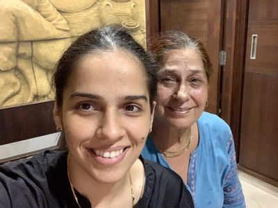 अपनी मां उषा नेहवाल के साथ साइना (तस्वीर- ट्विटर से)