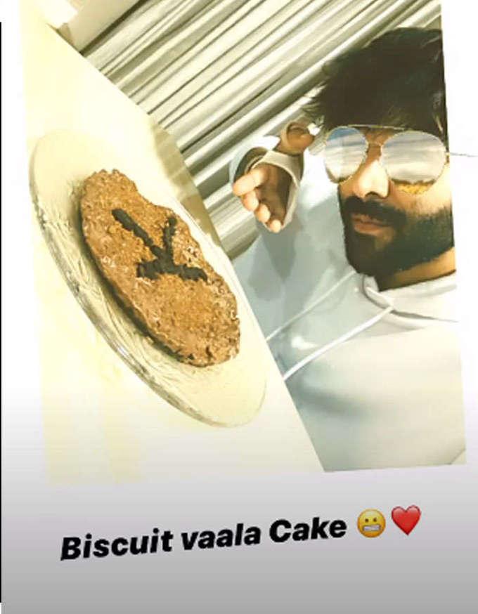 कार्तिक आर्यन बहिणीसाठी बनवायला गेला केक पण झालं बिस्किट