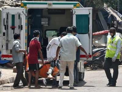 धारावी में कोरोना के लक्षण वाले शख्स को ले जाती मेडिकल टीम