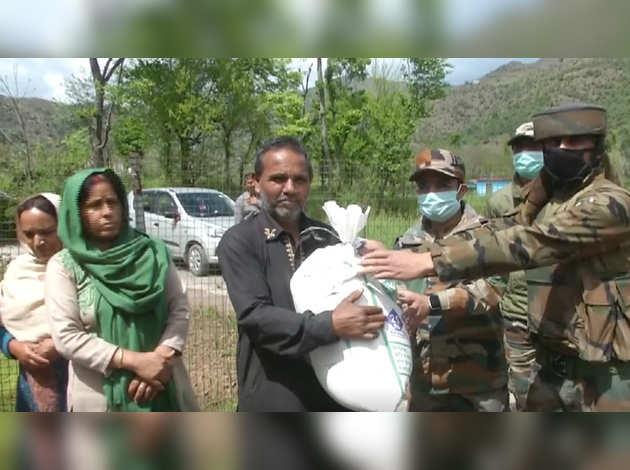 COVID-19: भारतीय सेना ने जम्मू-कश्मीर के पुंछ में ज़रूरतमंदों को बांटा मुफ्त राशन