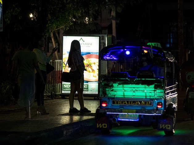 थाइलैंड: कोरोना से ठप 'पार्टीलैंड', सड़कों पर कस्टमर तलाशने को मजबूर सेक्स वर्कर्स