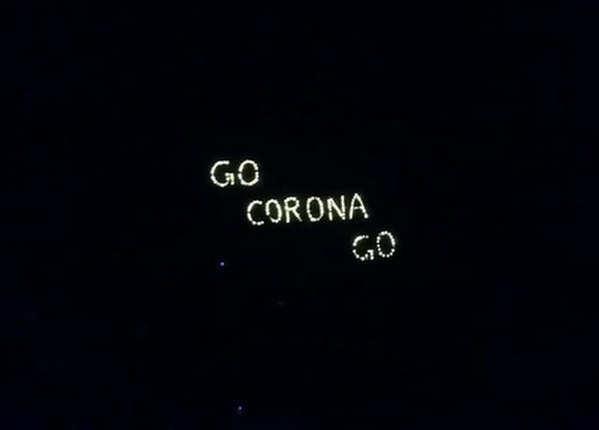 गुजरात के अहमदाबाद में लोगों ने दीपक से लिख दिया 'गो कोरोना गो'