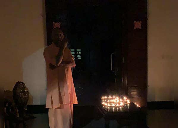 पीएम मोदी की अपील पर उत्तर प्रदेश के मुख्यमंत्री योगी आदित्यनाथ ने जलाया दीया