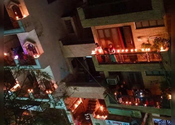पीएम की अपील पर दिल्ली वालों ने जलाया दीपक