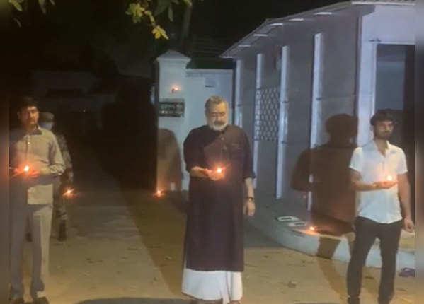 केंद्रीय मंत्री गिरिराज सिंह ने पटना में जलाई मोमबत्ती