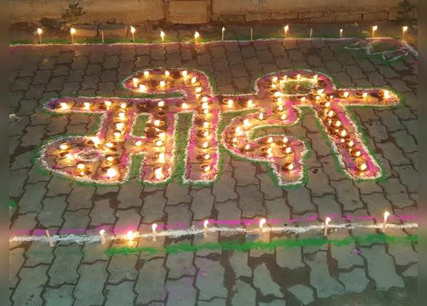 अंबेडकरनगर में लोगों ने यूं जलाए दीये