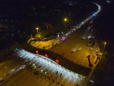 वुहान में लॉकडाउन खत्म होने के बाद लगी कारों की लाइन