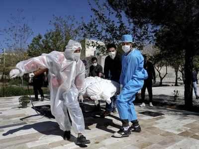 कोरोना वायरस से संक्रमित को अस्पताल लेकर जाते स्वास्थ्यकर्मी