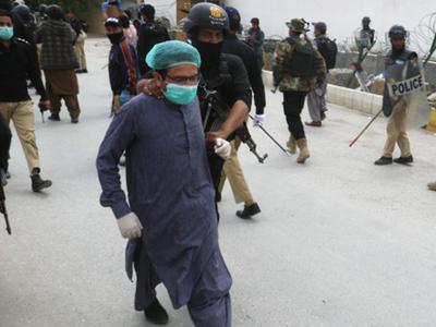 पाकिस्तान में पीपीई किट मांगने पर डॉक्टरों की पिटाई