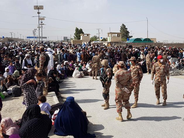 पाकः अफगान शरणार्थियों की वापसी को खोला बॉर्डर, जनसैलाब से सोशल डिस्टेंसिंग हुई तार-तार