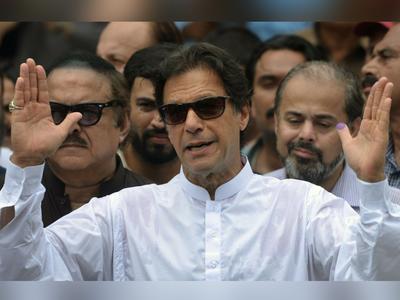 पाकिस्तानी छात्राओं की नहीं सुन रहे इमरान खान