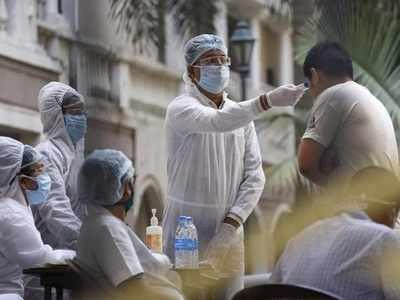 कोरोना वायरस के संदिग्धों की जांच करते स्वास्थ्यकर्मी