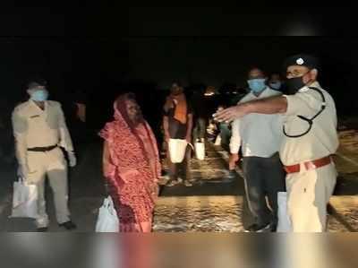 रात के समय लोगों की मदद के लिए राहत सामग्री बांटते पुलिसकर्मी