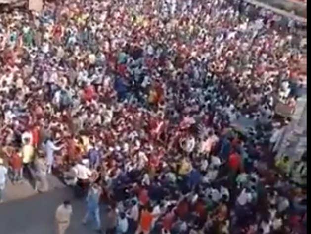 बांद्रा में जुटी भीड़