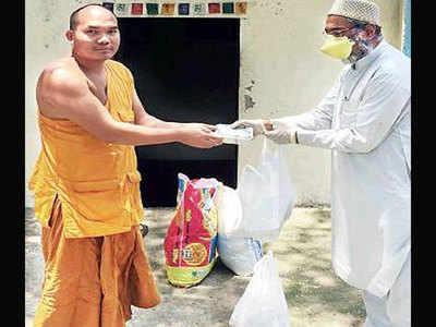 बौद्ध भिक्षु की मदद करते सैफुद्दीन