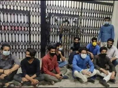 आमिर की गिरफ्तारी के विरोध में धरने पर छात्र