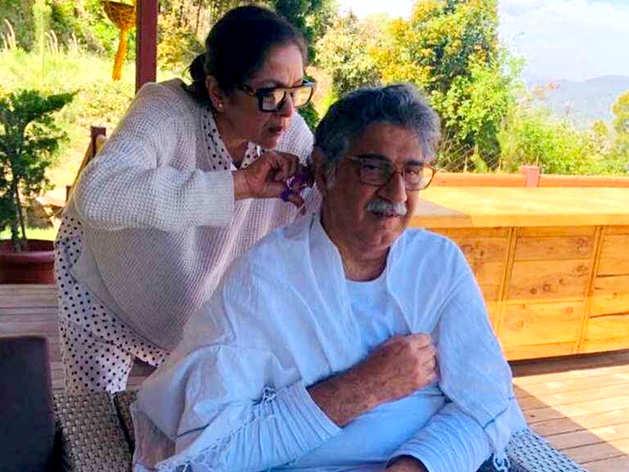 पति के बाल काटतीं नीना गुप्ता