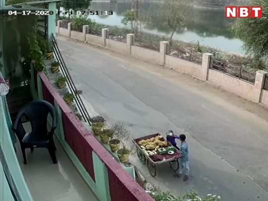 stree fruit seller spitting on banana before sold, caught on cctv in bharatpur
