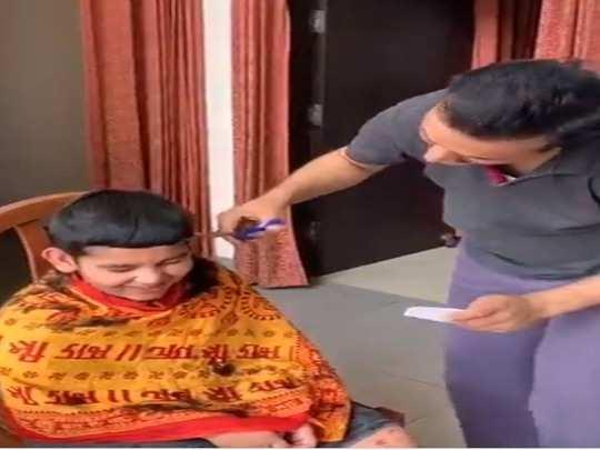 बेटे का बाल काटते बेसिक शिक्षा मंत्री