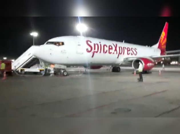 कोरोना वायरस संकट: चीन से मेडिकल सप्लाई लेकर दिल्ली पहुंचा स्पाइसजेट विमान