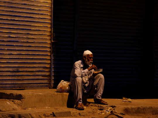 pakistan man cries over big family to feed during coronavirus lockdown
