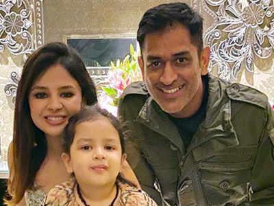 बेटी जीवा और पत्नी साक्षी के साथ महेंद्र सिंह धोनी