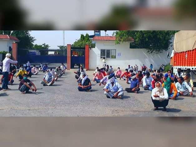 अलवर में मजदूरों को 2 महीने से नहीं मिली सैलरी, खाने के पड़े लाले तो लॉकडाउन तोड़ धरने पर बैठे