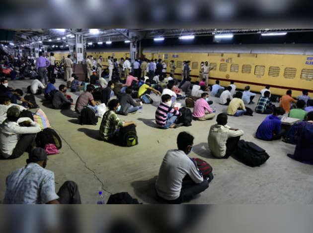 महाराष्ट्र: महीने भर से फंसे प्रवासी मजदूर विशेष ट्रेन से जा रहे घर