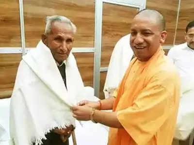 फाइल फोटो: अपने पिता के साथ सीएम योगी आदित्यनाथ