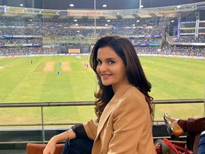 मोनिका बेदी बन गई हैं क्रिकेटर अजहरुद्दीन की खास?