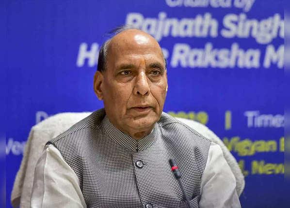 रक्षा मंत्री, सेना प्रमुख ने दी शहीदों को श्रद्धांजलि