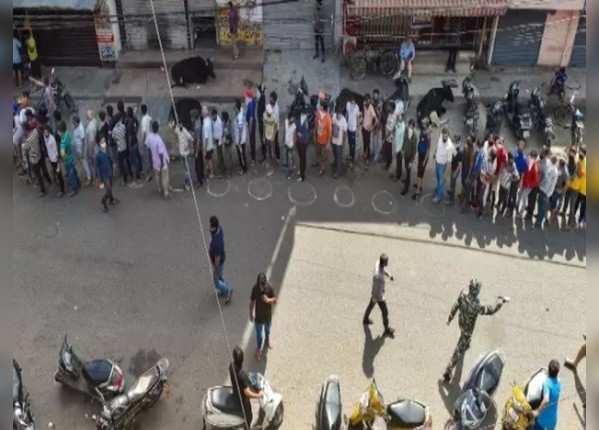 राजधानी दिल्ली में शराब की दुकानों के बाहर भारी भीड़